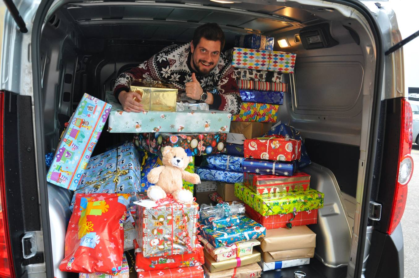 Dominik Widmer im vollgepackten Geschenkebus während der Adventsaktion 2016. (© Ruckstuhl Garagen)