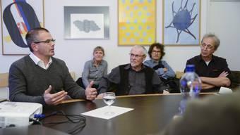 Daniel Laubscher (l.) mit den Anwesenden am Salvisbergtisch im Gespräch.