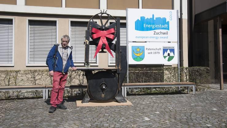 Robert Habegger mit der antiken Bandsäge vor dem Zuchwiler Gemeindehaus