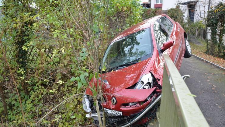 Auf dem Trülliweg in Füllinsdorf, ereignete sich am Freitagmorgen, kurz vor 11.00 Uhr, ein Selbstunfall mit einem Personenwagen. Ein 94-jähriger Rentner verwechselte das Gas- und Bremspedal und krachte in ein Brückengeländer. Personen wurden dabei keine verletzt. Es entstand jedoch grosser Sachschaden.