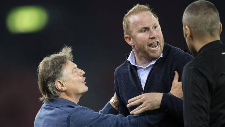 FCZ-Präsident Ancillo Canepa muss Trainer Ludovic Magnin (Mitte) zurückhalten, der dem Schiedsrichter die Meinung geigt (Bild: key).