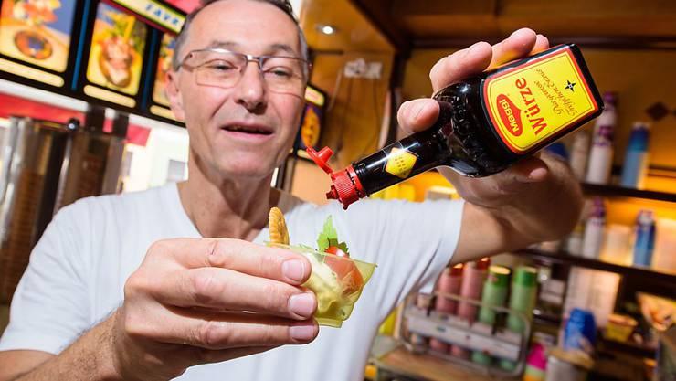 """Uwe Hoffmann zeigt in seinem Eiscafé """"Favretti"""" sein würziges Maggi-Glace, das er mit Tomate, Basilikum, Liebstöckel und Salzcracker serviert. Das sei typisch saarländisch, behauptet er. Doch wer hat's erfunden? (Archivbild)"""