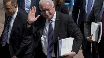 Der palästinensische Aussenminister Riad al-Malki trägt die Dokumente für den Strafgerichtshof persönlich nach Den Haag an den Hauptsitz des Gerichts.