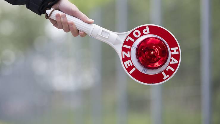 Wer mit selbst gebastelten Kontrollschildern in eine Polizeikontrolle gerät, muss mit einer Geldstrafe rechnen. (Symbolbild)