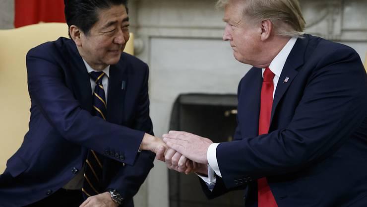 US-Präsident Donald Trump hat am Freitag (Ortszeit) den japanischen Ministerpräsidenten Shinzo Abe im Oval Office empfangen.