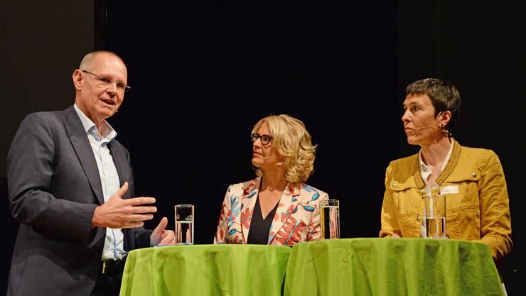 FDP-Kantonalpräsident Stefan Nünlist (links) auf dem Podium mit SP-Gewerkschafterin Barbara Gysi (rechts) und Moderatorin Sonja Hasler.