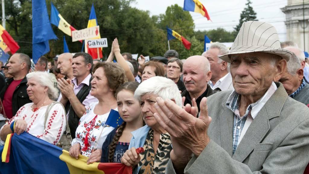 Tausende Menschen gingen am Sonntag in Moldaus Hauptstadt Chisinau auf die Strasse, um den Rücktritt von Präsident Nicolae Timofti und vorgezogene Parlamentswahlen zu fordern .