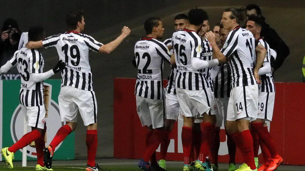 Eintracht Frankfurt zog als erstes Team im deutschen Cup in die Halbfinals ein
