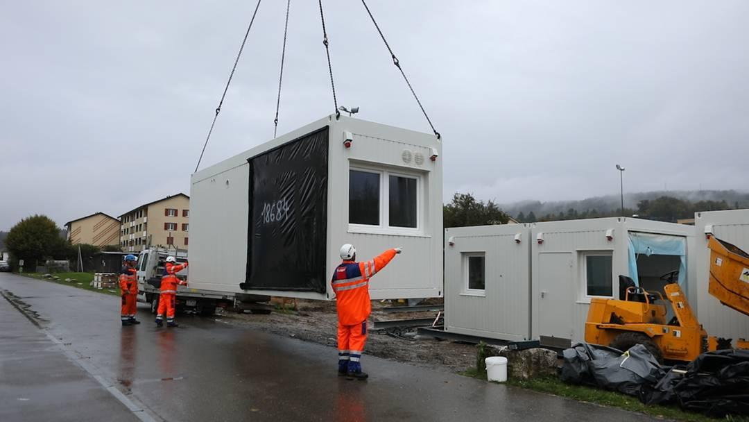 Der Aufbau der Asylcontainer in Fislisbach verzögerte sich wegen eines Problems am Zoll.