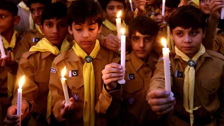 Pakistanische Schüler gedenken mit Kerzen der Opfer des Massakers, das Taliban-Kämpfer vor einem Jahr in einer Schule in Peshawar anrichteten.