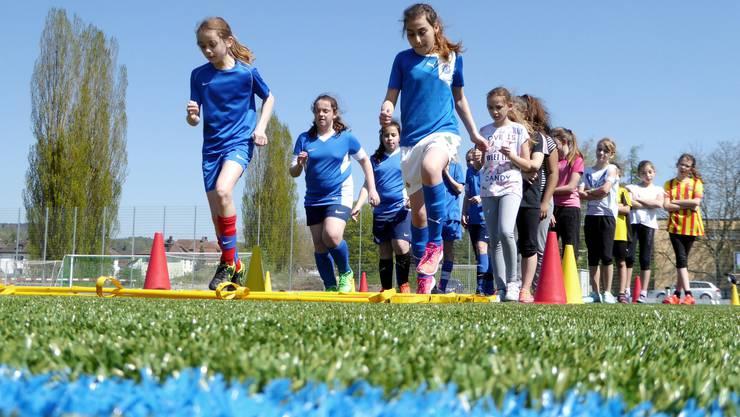 ie D-Juniorinnen des FC Schlieren (links) zeigen den Beginnerinnen (rechts), wie man sich aufwärmt. In der Laufschule müssen sie ihre Füsse speziell gut kontrollieren, um nicht über die Sprossen zu stolpern.