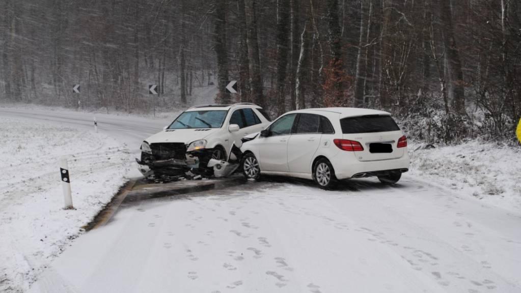Auf der schneebedeckten Strasse zwischen Gailingen und Ramsen SH kam es am Dienstag zu einem Unfall, bei dem eine Person leicht verletzt wurde.