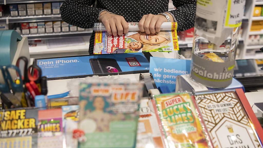 Die Kiosk-Betreiberin Valora leidet weiterhin unter den Folgen der Coronakrise und den eher tiefen Pendlerströmen. Im ersten Halbjahr verbleibt unter dem Strich ein Verlust.(Archivbild)