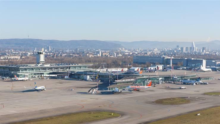 Die orange-weissen Airbusse von Easyjet beherrschen in Basel das Bild (Blick Richtung Osten). zvg