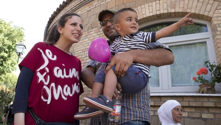 Glücklich mit dem Papst in Rom angekommen. Hasan Zaheda mit seiner Frau Nour Essa und Sohn Riad in Rom
