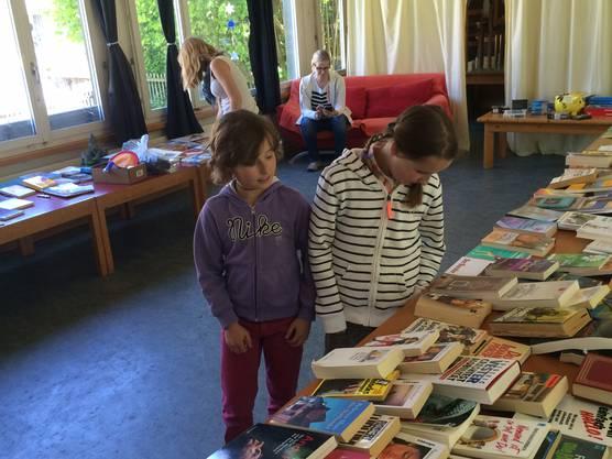 Junge Leseratten auf der Suche nach Lesestoff.