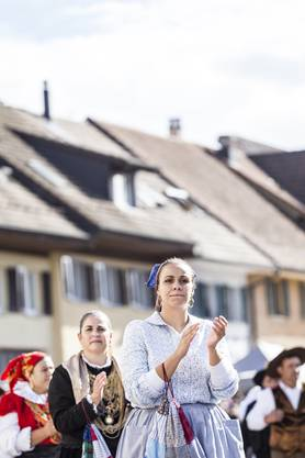 Perfektes Wetter für den Winzerumzug – Im Bild Umzugnummer 17 / Portugiesische Folklore