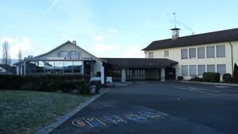 Aktuell prüft der Gemeinderat, ob er seine eigenen Liegenschaften wie die Schulanlage Büel A auch an das Fernwärmenetz anschliessen lassen soll.