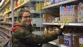 Die Neuntklässlerin Kim Eyholzer bei ihrer Einkaufstour im Bettlacher Coop.