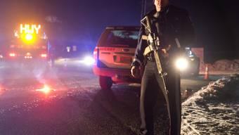 Ein Polizist sichert den Highway in Oregon, bei dem es zu einem tödlichen Schusswechsel zwischen der Bundespolizei und einer regierungsfeindlichen Bürgerwehr kam.