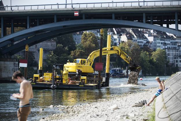200 Tonnen Blocksteine aus Schwarzwaldgranit werden nun täglich vom Klybeckquai zur Wettsteinbrücke geschifft.