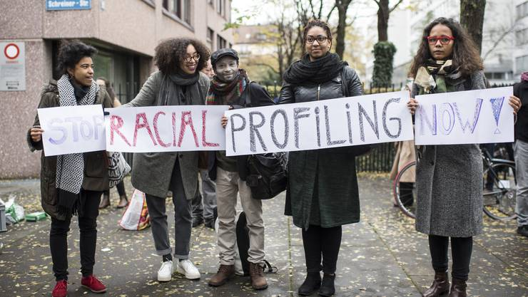 Am 7. November protestierte der 42-Jährige (Mitte) vor dem Bezirksgericht Zürich.
