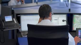 Für das Baselbieter Staatspersonal - hier ein Mitarbeiter der Polizei-Alarmzentrale - wird es 2021 keinen Teuerungsausgleich geben.