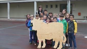 Auch im Vorstadtschulhaus können es diese Kinder kaum erwarten, ihre Kuh kreativ zu verschönern.