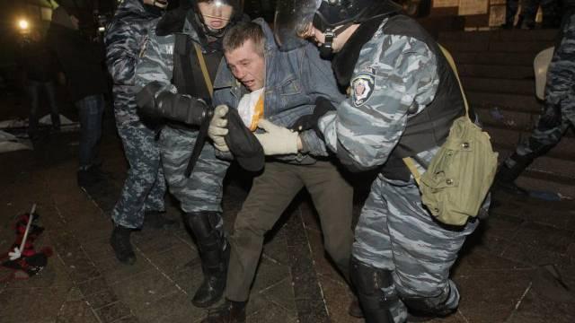 Sicherheitskräfte nehmen in Kiew einen Demonstranten fest