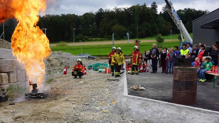 Die Feuerwehr Oberwil-Lieli präsentierte ihr neues Zuhause. Für die Kinder gab es lustige Spiele und lehrreiche Demonstrationen, zum Beispiel: Öl nie mit Wasser löschen.