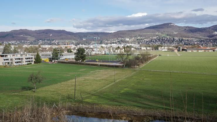 Beim Sportplatz Fiechten würde die neue Teilumfahrung in Richtung Neuhof (hinten rechts) führen.