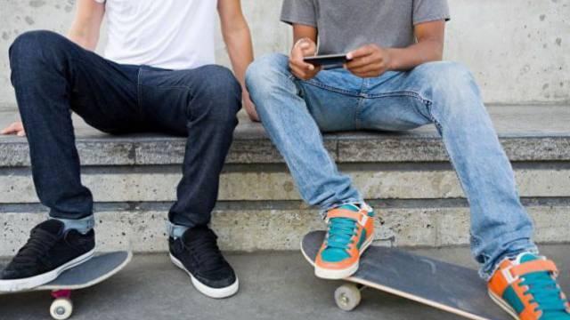 Die Mehrheit der 16-Jährigen nutzt das Internet auf dem Handy. Foto: mauritius images