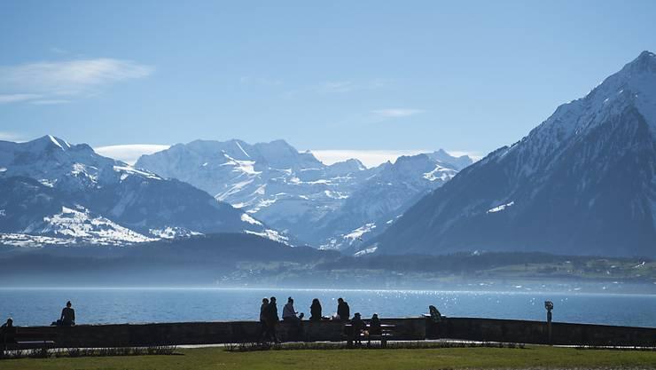 Das milde Wetter lud auch am Montag zum Verweilen im Freien ein. Im Bild der Schadaupark in Thun (Archiv).