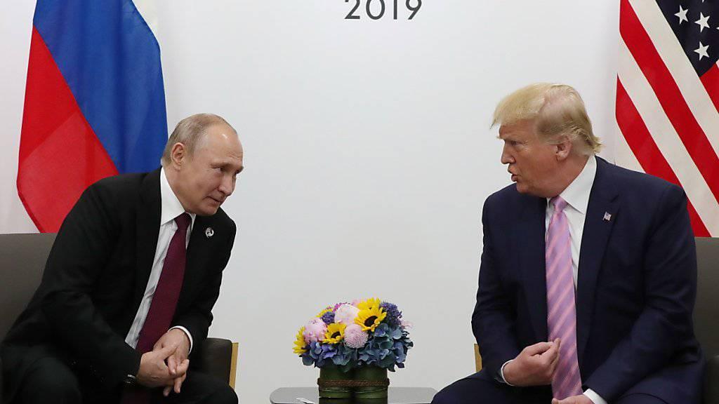 Der russische Staatschef Putin und US-Präsident Trump scherzten am Rande des G20-Gipfels in Osaka über Wahlmanipulationen und «Fake News».
