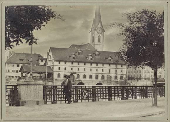 Um 1893: Ein Stück vom alten Zürich, als das alte Kornhaus noch stand. Dieses musste der Fraumünsterpost und dem neuen Stadthaus weichen.