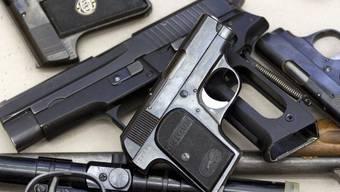 Die Zollbeamten fanden 21 verbotene Waffen – die beiden Italiener konnten für keine der Waffen eine Bewilligung vorweisen. (Symbolbild)