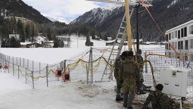 Die Gitterzäune in Davos wachsen wieder: Die Armee hat mit den Vorbereitungen für das WEF 2018 begonnen.
