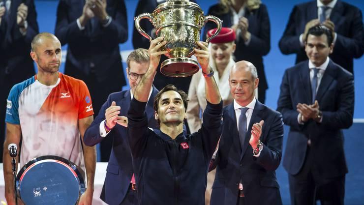Die Swiss Indoors 2018 sind Geschichte. Klicken Sie sich durch die besten Bilder der Turnierwoche...Beginnen wir mit den Bildern von Sonntag: Roger Federer hebt zum neunten Mal die Trophäe der Swiss Indoors in die Luft.