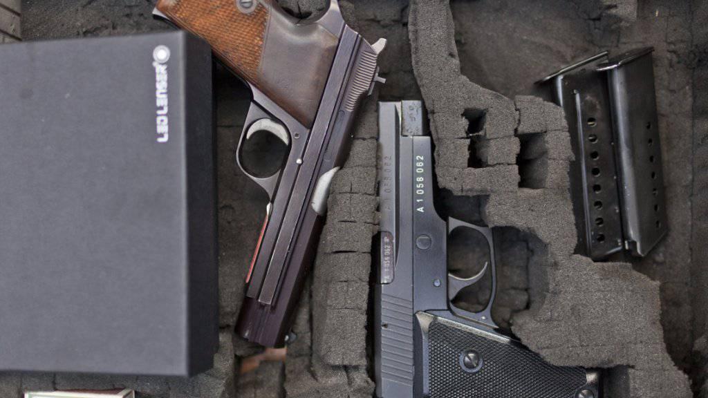 Verdacht auf illegalen Handel mit Waffen und Munition im Internet bei der Schwyzer Kantonspolizei. (Symbolbild)