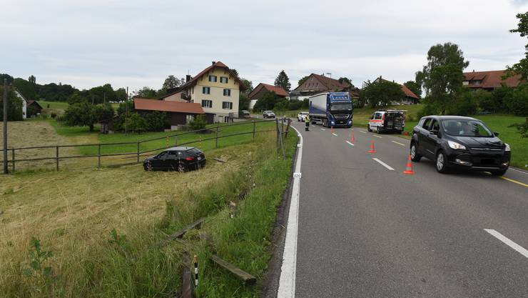 In einer leichten Rechtskurve fuhr der Lenker über den Strassenrand hinaus und durchbrach einen Holzzaun.
