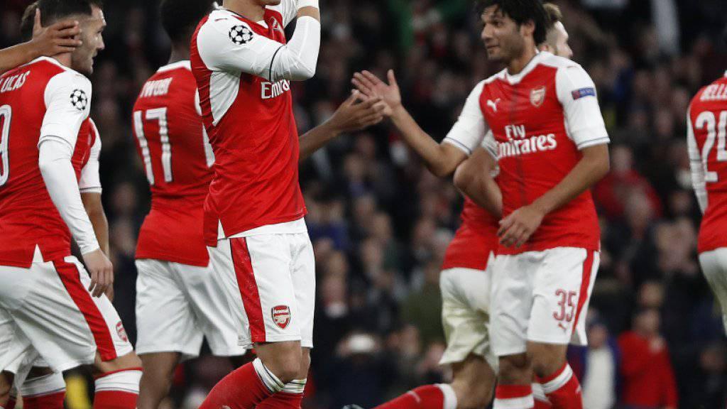 Mesut Ozil (mitte) und seine Kollegen von Arsenal bejubeln den klaren Sieg gegen Rasgrad