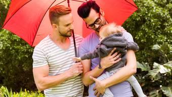 Seit Anfang 2018 steht die Stiefkindadoption gleichgeschlechtigen Paaren offen. (Symbolbild)