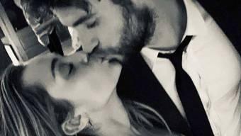 Miley Cyrus und Liam Hemsworth küssen sich am Hochzeitsfest