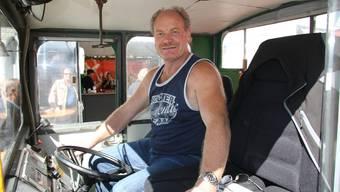 Chauffeur und Besitzer Ueli Niederhauser ist bereit zum Start des HESO-Bähnlis (Archiv)