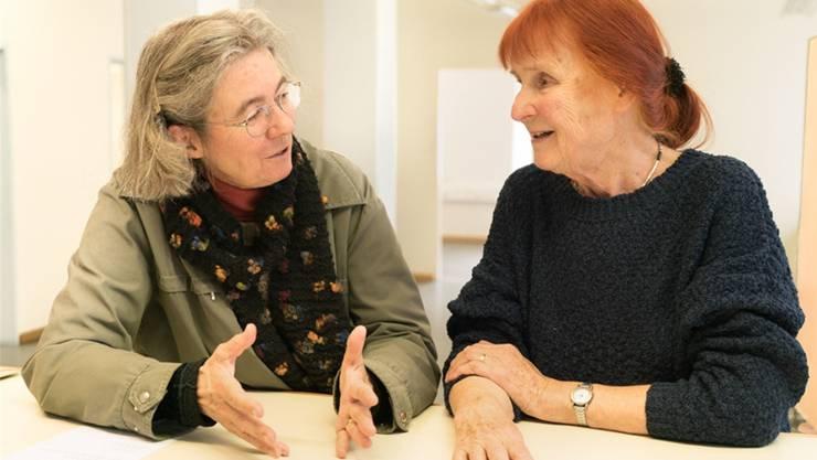 Die beiden Künstlerinnen Ruth-Elisabeth Baur (links) und Ursula Baumberger zeigen ihr Schaffen.zvg/Peter Munz