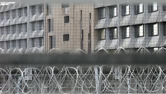 Gefangene müssen ihre Strafe in der Schweiz absitzen - zu diesem Schluss kommt ein Gutachten des Bundesamts für Justiz. Im Bild das Genfer Gefängnis Champ-Dollon, das als chronisch überbelegt gilt (Symbolbild).