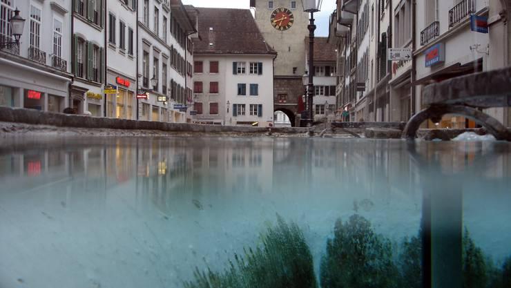 Aus dem Brunnen vor dem Manor Solothurn Richtung Bieltor