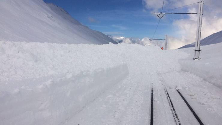 Nach einer Sicherheitssprengung hat am Freitagmorgen eine Lawine erneut die Gleise der Matterhorn Gotthard Bahn zwischen Nätschen UR und dem Oberalppass verschüttet.