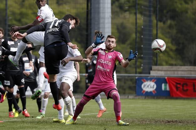 Zoran Josipovic versucht sich an Le Monts Torhüter Maxime Brenet.