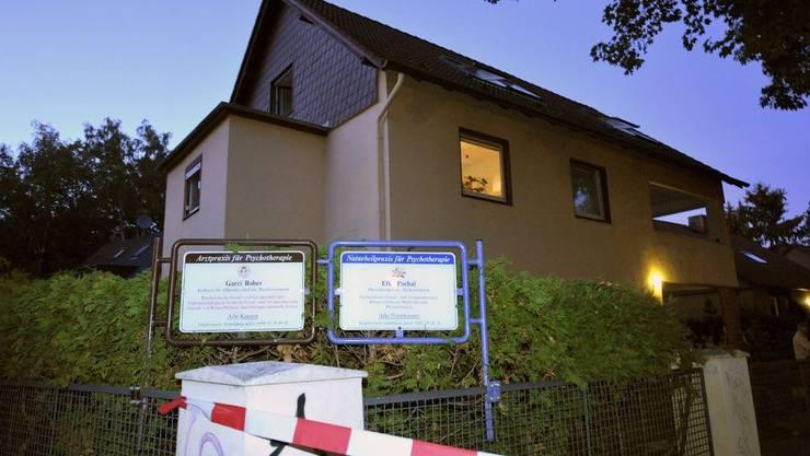 Das Haus, in dem die tödlichen Drogencocktails verabreicht wurden, wurde abgesperrt.